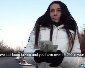 Длинноволосая брюнетка отсосала хрен незнакомцу за деньги на улице